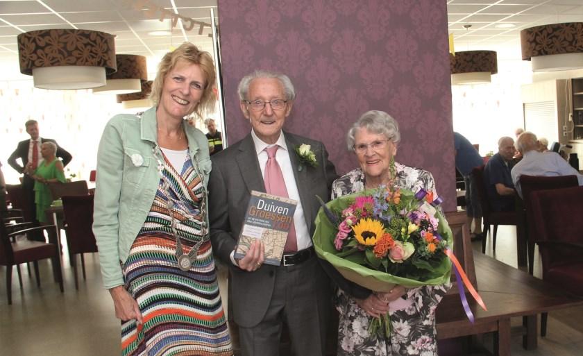 Antoon (98) en Henny Beekhuizen (93) hebben felicitaties met hun platina bruiloft in ontvangst genomen van locoburgemeester Ineke Knuiman.