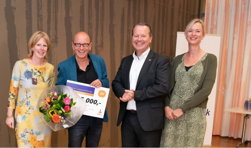 Wim Maatman toont de cheque die hij heeft gekregen van Rabobank directievoorzitter Steven Enneman