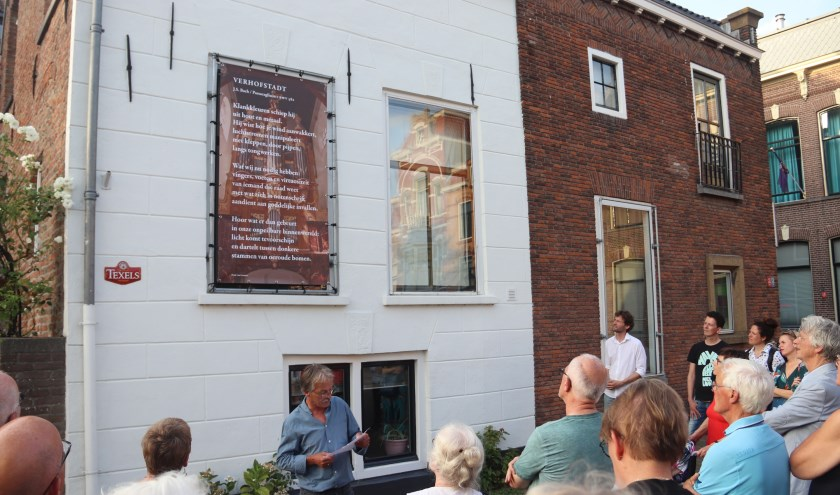 Merijn Slappendel en René van Loenen hebben het orgeldoek onthult op de Vakensmarkt te Culemborg.