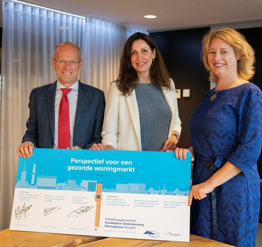 Van links naar rechts: Bas van Wakeren, Monique van Haaf en Mariska ten Heuw. Foto: Gemeente Hengelo