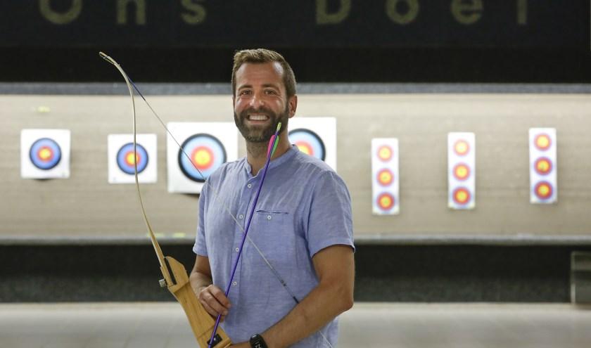 """""""Ik train de leden van de handboogvereniging VZOD, die zit achter David Lloyd"""", aldus Javier Fernández. FOTO: Jurgen van Hoof."""