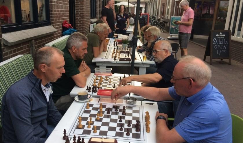 De Wageningse schakers waren afgelopen week met 19 spelers aanwezig op het terras.