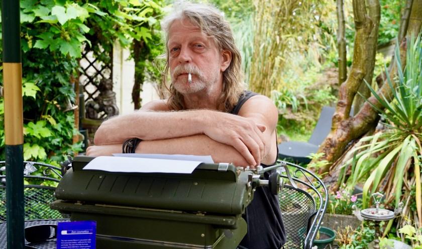 """""""Ik hecht wel aan klassieke waarden. Dingen die goed zijn, hoeven niet per se veranderd te worden"""", zegt Peter, hier in een verborgen stukje Vlaardingse jungle, in zijn eigen achtertuin. (Foto: Britt Planken)"""