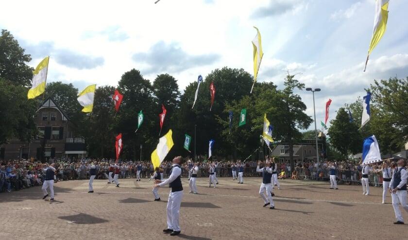 Geen defilé met kleurrijke vaandels dit jaar. De schutterijen vierden op een andere manier hun jaarlijkse feest. (archieffoto: Karin van der Velden)