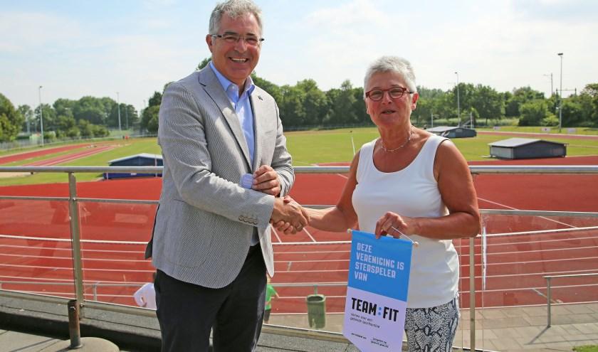 Wethouder Arjan Noorthoek overhandigde aan Yvonne Roeland het certificaat. Foto: Alex de Kuijper