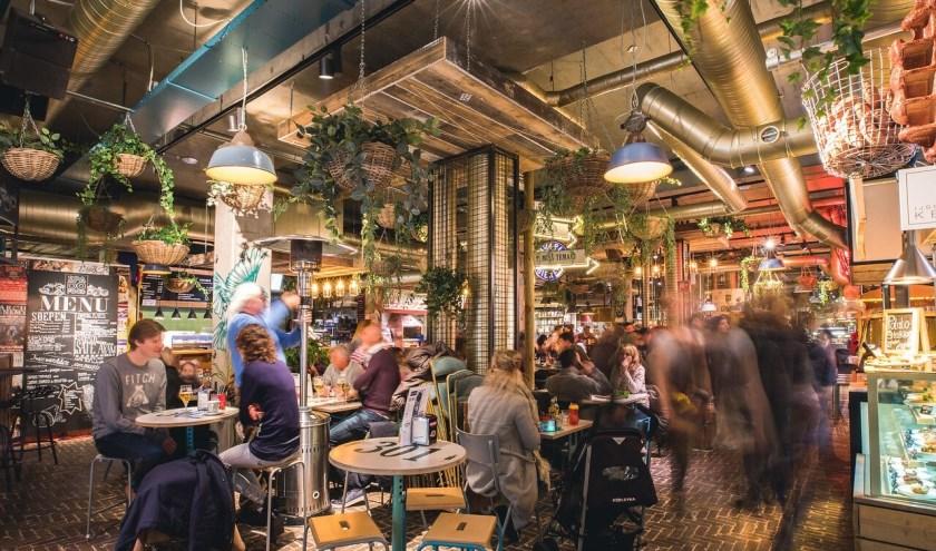 De Down Town Gourmet Market in Eindhoven telt 20 foodbarretjes. Foto Visit Brabant.