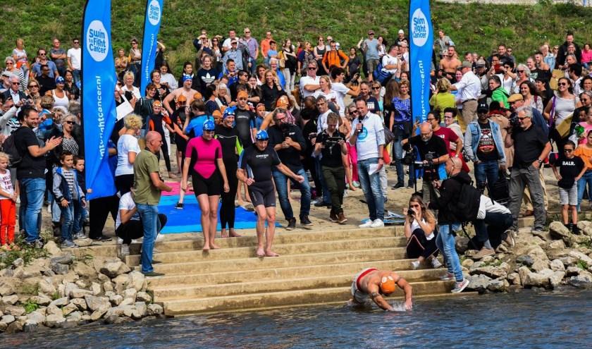 Actie tijdens Swim to Fight Cancer Nijmegen 2018 (foto: Davy Derksen)