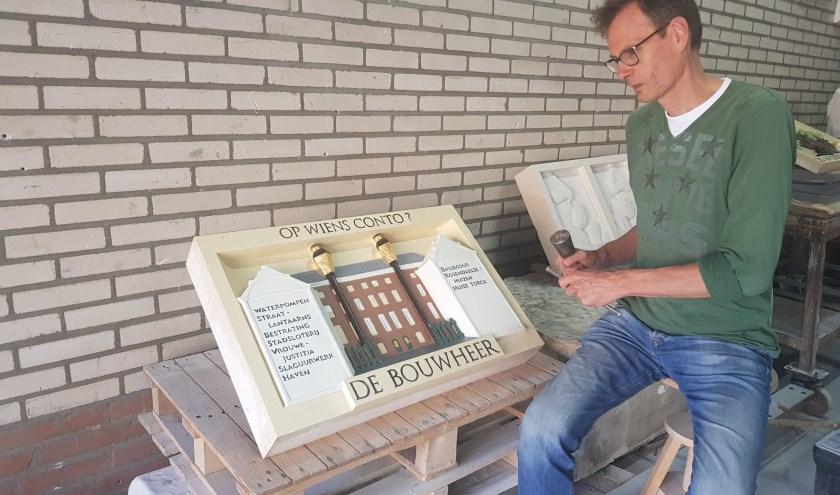 Toon Rijkers legt de laatste hand aan de gevelsteen die nog geplaatst gaat worden in Torckdael. (foto: Kees Stap)