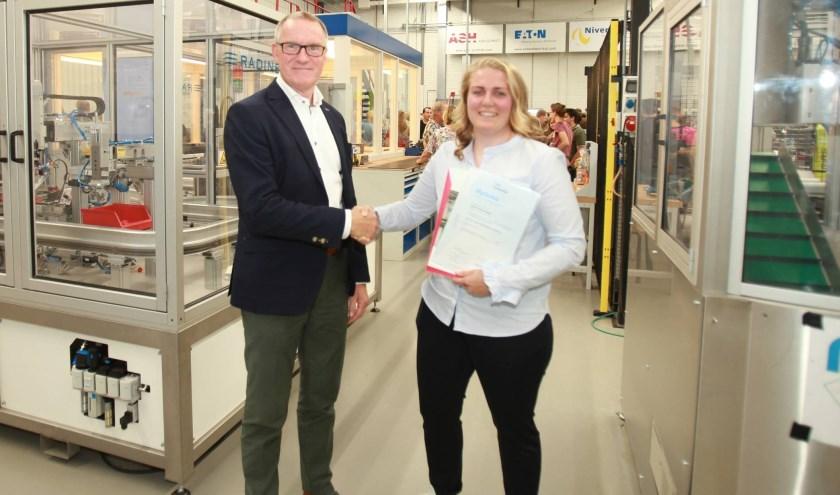 Anouk krijgt met haar diploma monteur elektrotechnische installaties niveau 2. Eigen foto.