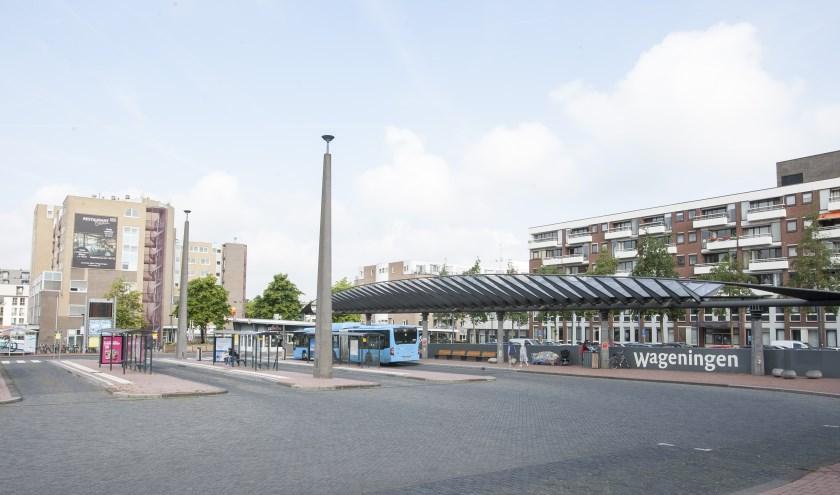 Omdat er op het busstation nu nog weinig groen is, is er op warme dagen weinig schaduw te vinden en is er sprake van hittestress. (foto: Johan Mulder)
