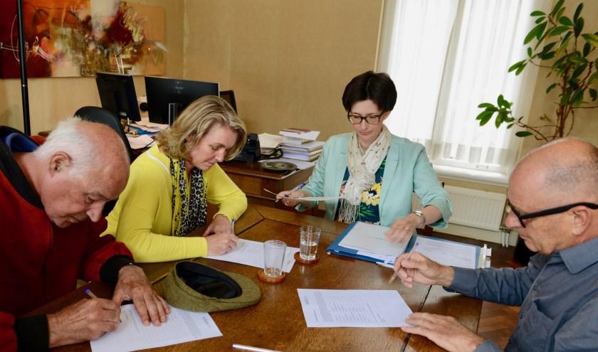 Ondertekening Vlnr. Klaas Versteegh, Petra van Kessel  notaris Arnélie van den Broecke en Willem Bloemen.