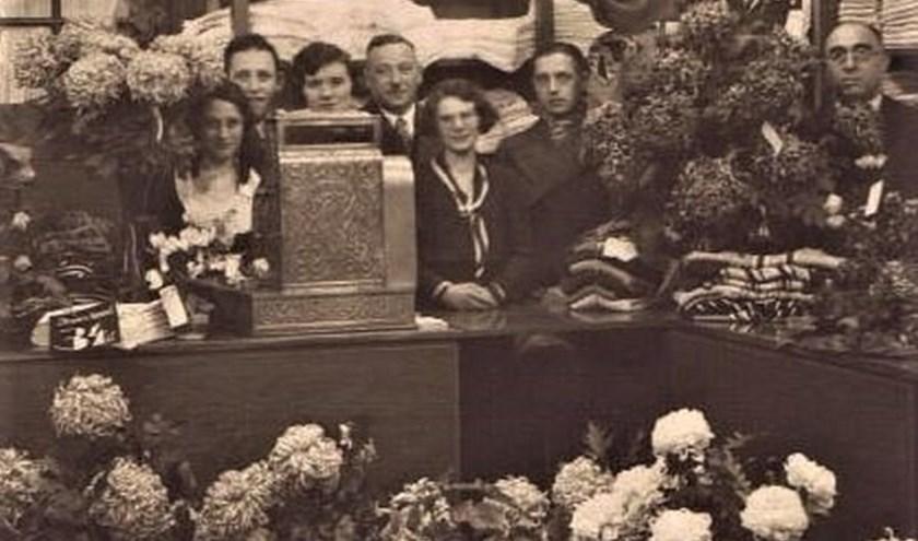 Foto ter gelegenheid van het 25-jarig bestaan van 'de Katoenbaal' van de familie Leeraar aan de Klarendalseweg.