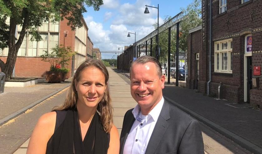 Interim-directeur Juliëtte Hofman (Stichting DRU Industriepark) en directievoorzitter Steven Enneman (Rabobank) samen tussen de Rijksmonumenten op het DRU Industriepark.