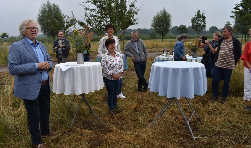 Voorzitter Gerrit Niezink van de Stichting Generatietuin met vrijwilligers en belangstellenden. Foto: Jolien van Gaalen.