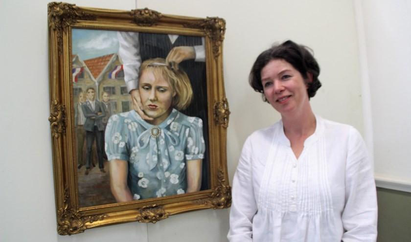 Marloes Otten schilderde in olieverf Verknipt, het kaalknippen van meisjes die in de oorlog omgingen met Duitse soldaten. Dit gedrag moest na de bevrijding worden 'gestraft'. (Foto: Dick Baas)