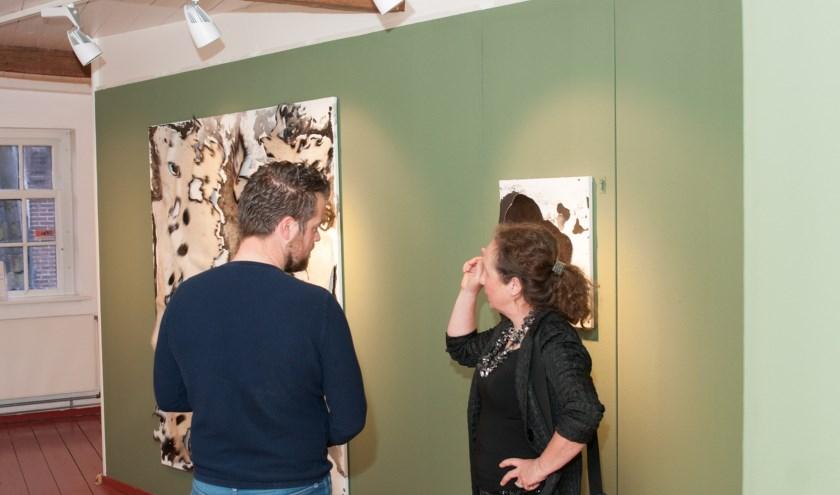 Sibyl Heijnen in gesprek te midden van haar kunstwerken in het Voerman Museum Hattem. (foto: Björn van den Elst)