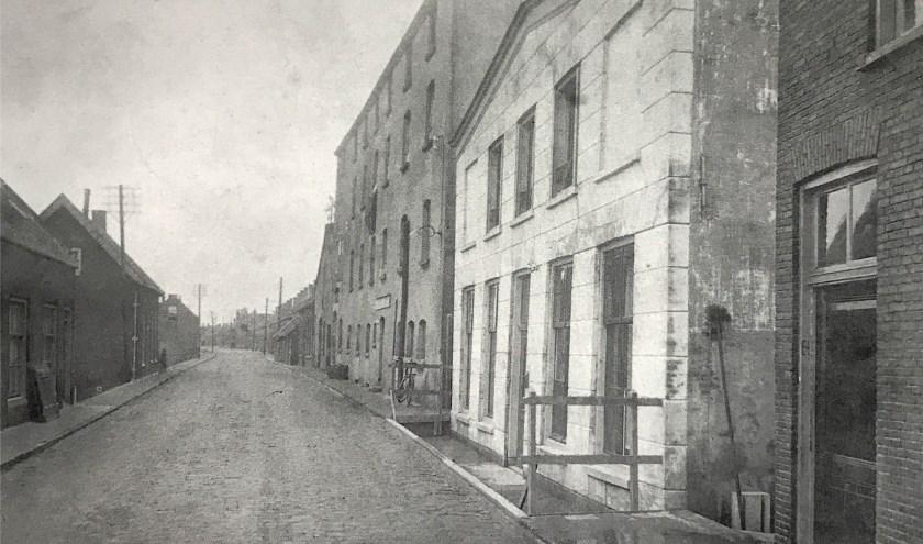 De Ringdijk aan het begin van de 20e eeuw; in het hoge pand rechts was ruim twintig jaar lang de bierbrouwerij de Ster. (FOTO: Collectie HVZ)