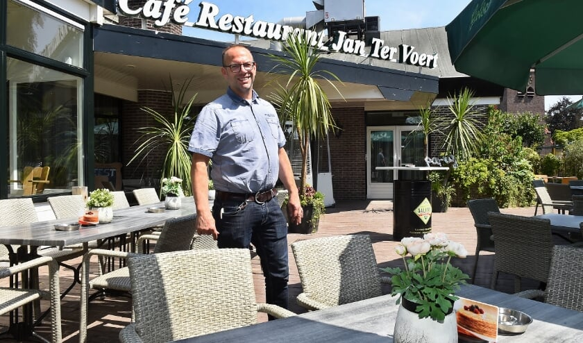 <p>Roel ter Voert op het terras van caf&eacute; Jan ter Voert anno 2019.</p>