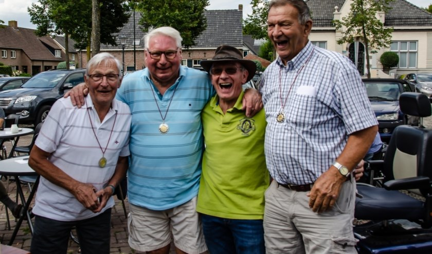 Tevreden gezichten na ontvangst van de medailles.