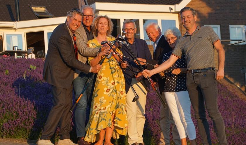 Carolien Gerritsen van de Stichting Leergeld Groene Hart kreeg symbolisch 12.500 euro  van de Rotaryclub-leden. Foto: Hans Bakker