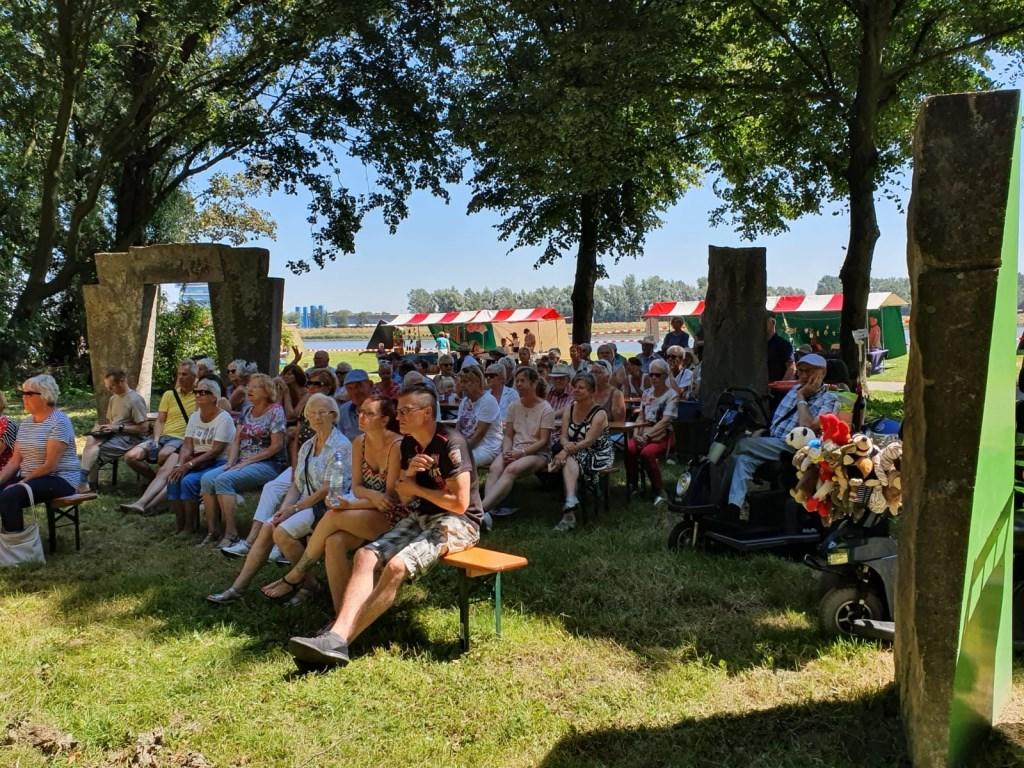 Het was, mede dankzij de vele schaduwplekken, genieten tijdens een zomers Noordparkfestival. (FOTO: Jurgen Jansma)  © DPG Media