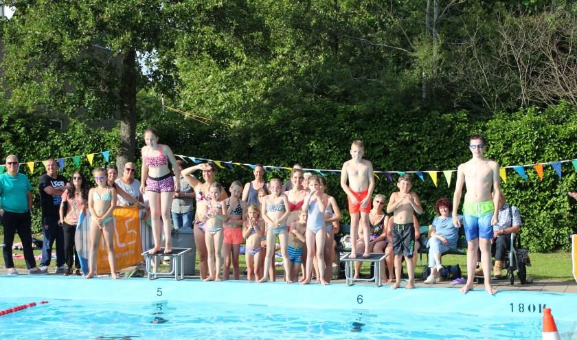Een kleine maar enthousiaste groep zwemmers sprongen in het diepe in de strijd tegen ALS.