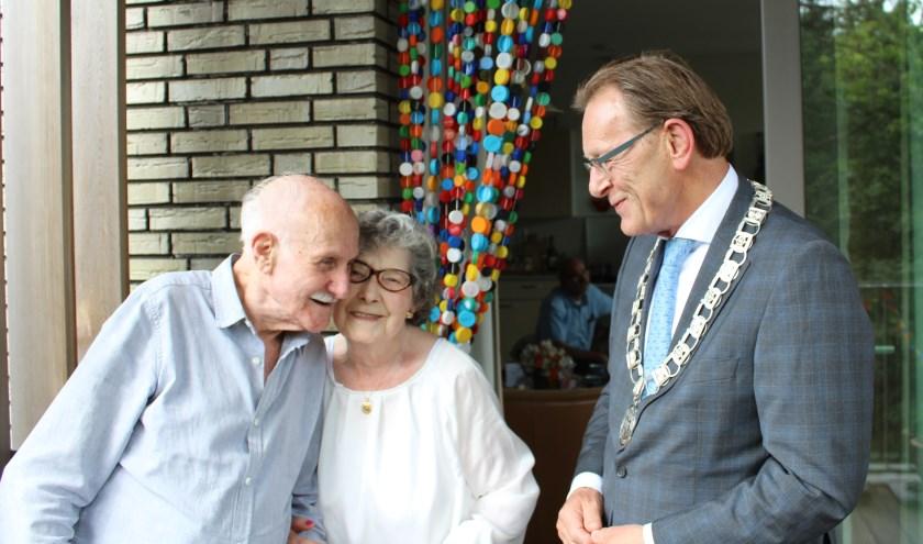 Rafaël en Francisca Tellez vieren hun jubileum samen met Koos Janssen. FOTO: Lydia van der Meer
