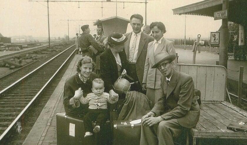Hier vertrekt de familie van Lith vanaf station Zaltbommel naar Rotterdam om daar op de boot te stappen naar Amerika. Annie staat rechts.