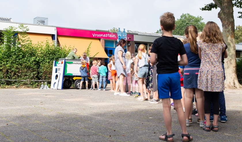 Leerlingen van de Vroonestein in de rij voor een ijsje.