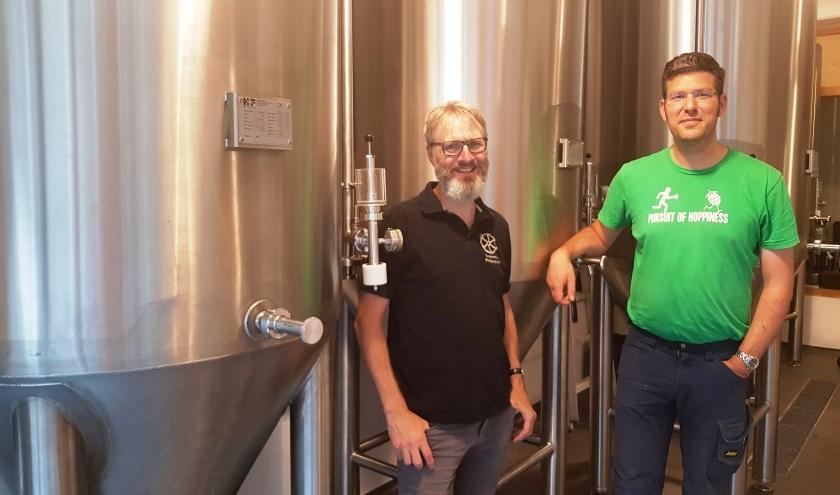 Dennis Lebbing en Stefan Duurkoop zijn trots op de nieuwe vergistingstanks van hun Stadsbrouwerij. (foto: Kees Stap)