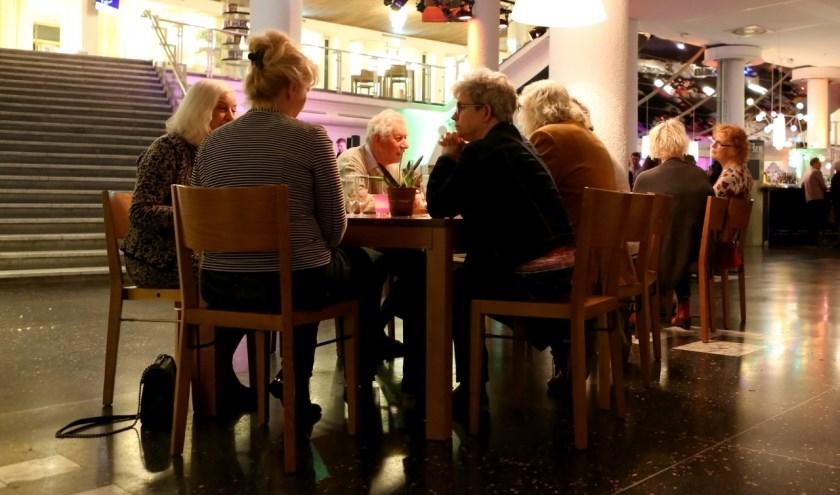 Mensen die alleen naar het theater gaan, kunnen elkaar ontmoeten aan De Lange Tafel. (foto: Frank van Eersel)