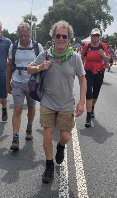 De Veenendaalse binnenstadsmanager Peter Baten is een geoefende wandelaar. Vorige week liep hij samen met zijn wandelvriendin zelfs de Nijmeegse Vierdaagse. (Foto: PR)