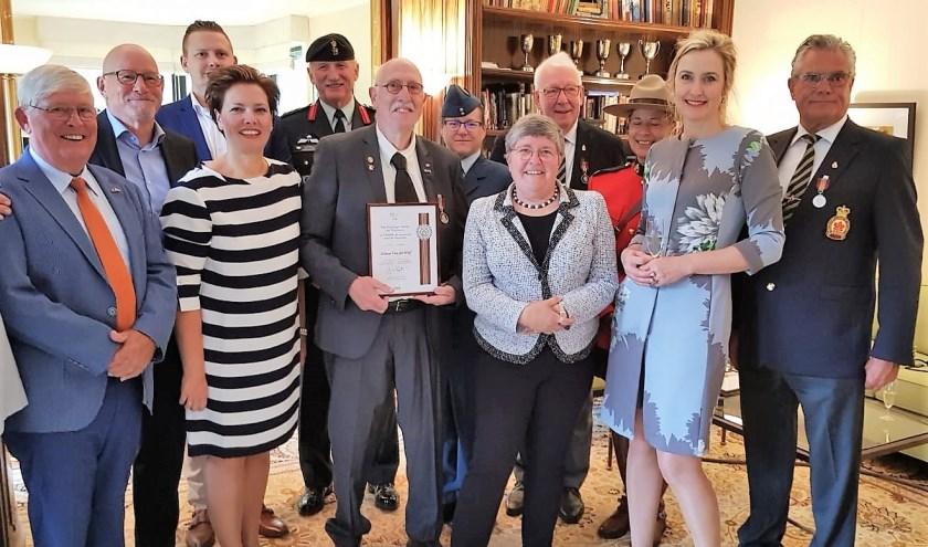 Edwin van der Wolf temidden van familie en vrienden in de ambtswoning van de Canadese ambassaeur Sabine Nölke. (foto: Angela van Erven)