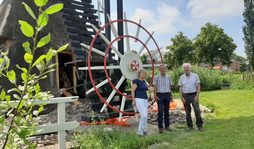 Leny Smit, Arie Verhoeff en Ton van der Heiden staan op de de plek waar straks een scheprad komt. Foto: Naomi Wijling