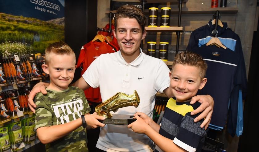 Alexander Megens (midden) krijgt de Gouden Schoen van Fabio (links) en Sem.