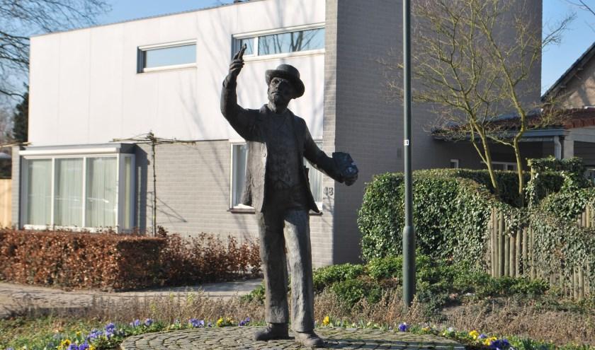 Vincent van Gogh als standbeeld langs een fietsroute in Helvoirt. FOTO: Els Knoope.