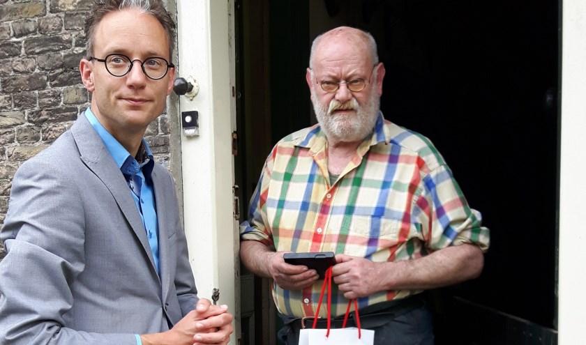 Wethouder Thierry van Vugt reikt de erepenning van Gouda uit aan Ton van Duin.