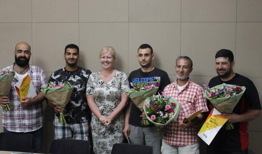 Belinda Elfrink reikte onlangs de VCA-diploma's uit aan de zes geslaagde statushouders. (foto: PR)