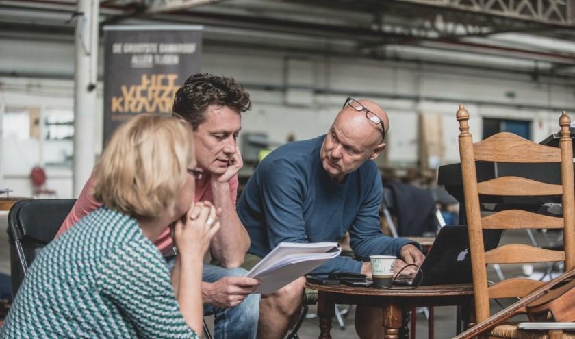 Jasper Verheugd (midden) overlegt met onder anderen Jan Tekstra over het script. Inmiddels zijn de eerste audities geweest en konden ze veel lokaal talent een rolletje geven. (Foto: Willem van Walderveen)