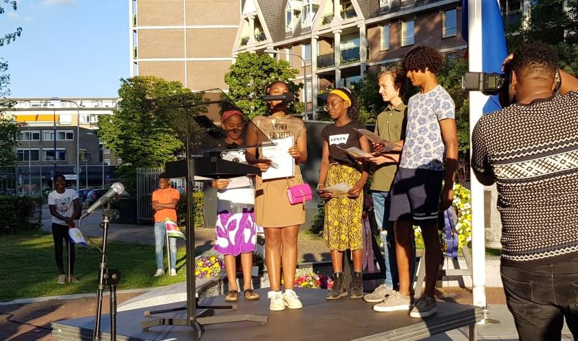"""Tilburgse schoolkinderen declameren een gedicht met het motto dat zij hard en gezamenlijk uitroepen: """"Wij zijn allemaal Tilburgse kinderen!"""""""