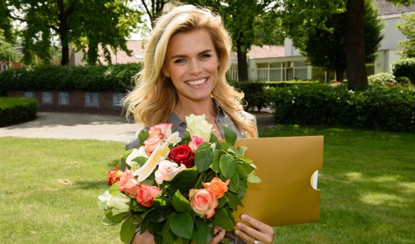 Postcode Loterij ambassadeur Nicolette van Dam komt langs met een cheque...