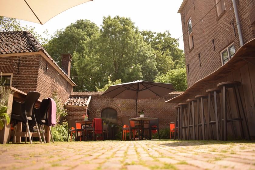 Het sfeervolle terras van Eet-Lokaal wordt het decor van een buitenfilm.