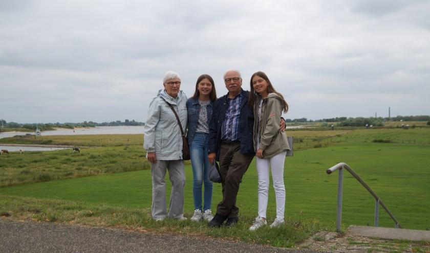 Oma Annelies en opa Mario Galotta. Met hun kleinkinderen, de tweelingzusjes Nova en Lisa. Ze komen uit Waalwijk, maar komen graag op bezoek in Rossum.