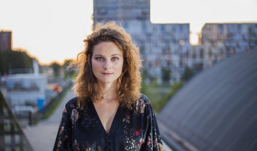 Eva van Pelt zoekt tijdens haar concerten het contact op met haar publiek Foto: Dave Menkehorst