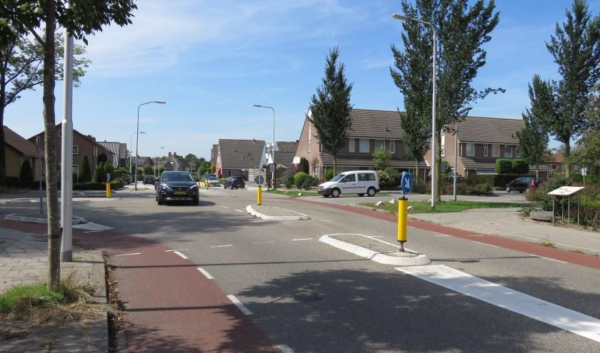 Op 2 september starten op het kruispunt Molenstraat – Commandeursweg de werkzaamheden voor de aanleg van een rotonde met fietsstroken. Rechts de molensteen met info-bord.