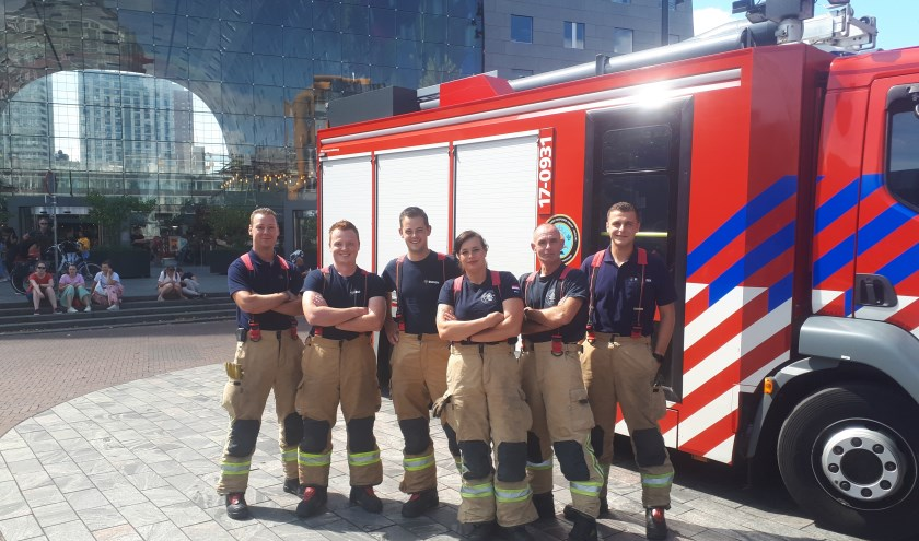 'Fire rescue chick' Amanda van Kuijk met haar squad: 'Wij zijn echt een familie. Bij de brandweer werk je nooit alleen, je ziet elkaar 24 uur.'