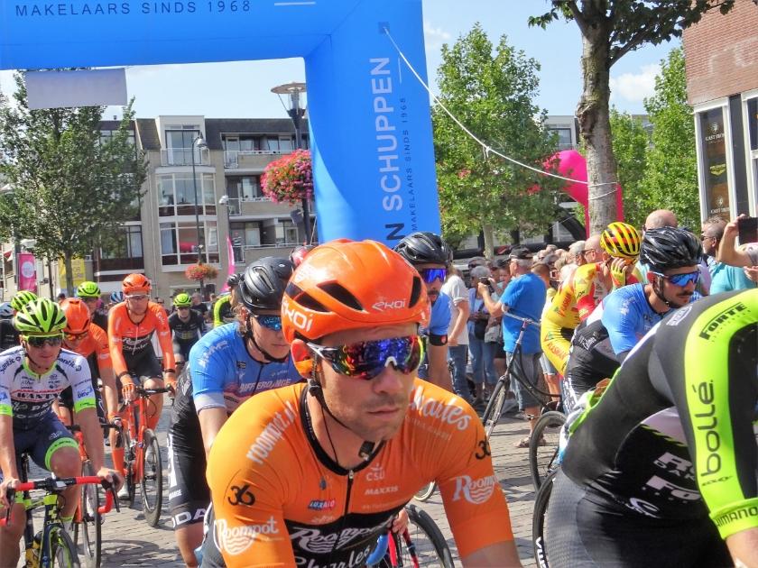 De wielerkoers Veenendaal - Veenendaal (archieffoto van de start van de editie 2019} is van de wielerkalender geschrapt vanwege het Coronavirus.