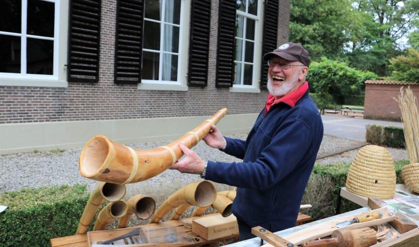 Midwinterhoornbouwer Wim Companje legt met mooie verhalen uit wat een echte ambachtelijke midwinterhoorn zo speciaal maakt. (Foto: Jan Joost)