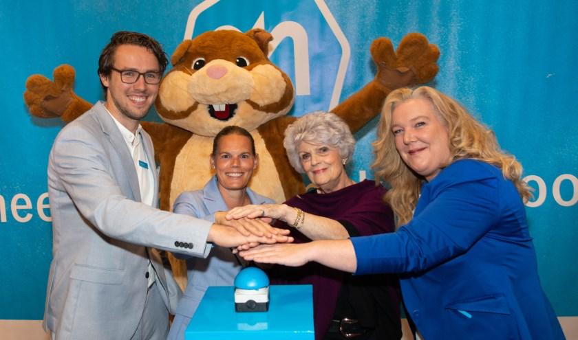 Mevrouw Teepe – van Oyen opent de vernieuwde Albert Heijn Eudokiaplein. (Foto: Albert Heijn/Yasmin Hargreaves)