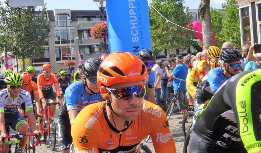 <p>De wielerkoers Veenendaal - Veenendaal (archieffoto van de start van de editie 2019) staat op de wielerkalender 2021 geprogrammeerd op 21 en 22 mei. (Foto: Dick Martens)</p>